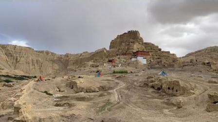 机车女孩来到古格王朝都城遗址,拍下壮观现场,山洞里摆满纸币