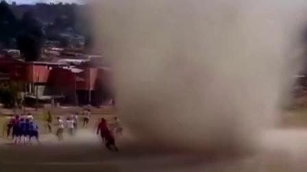龙卷风突袭足球赛众人吓坏逃窜 裁判淡定风中漫步网友看呆