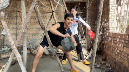 阿旺的婚房被大水浸泡,和村花两人不停往外舀水,质量堪忧啊