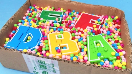 破纸箱装满了彩色珠珠 里面还藏了恐龙变形玩具哦