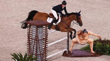 超害怕!东京奥运会马术比赛中,马被巨大相扑雕塑吓到后退!