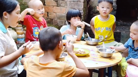 农村一家八口的生活,简单明了,一荤一素又一顿晚饭。