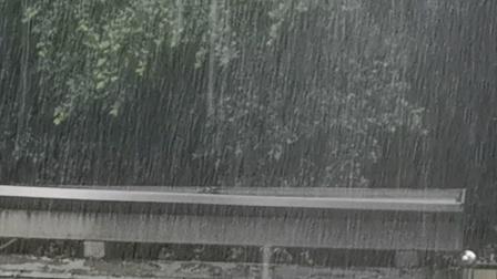 达州:大暴雨来袭 这雨太猛,最大的时候都看不透雨帘,听声音是一片吵杂。前几天天天预警的大暴雨已然来到……