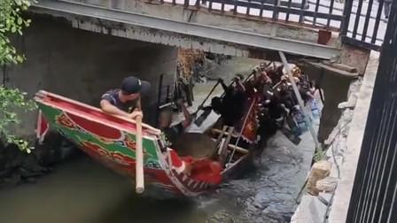 龙舟穿过桥洞,接下来的一幕尴尬了,龙舟砸就在桥底下不动了呢?