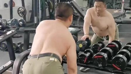 怪不得大哥每次来健身房,总练习这一个动作,原来是为了打球时转移别人注意力!