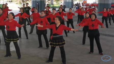 """青岛红色娘子军舞蹈团跳""""来到草原爱上云""""广场舞,美丽!"""