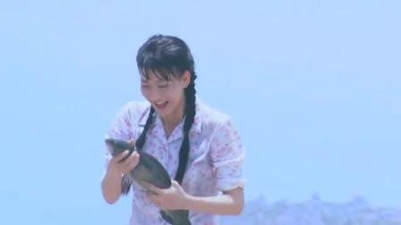 美女在海边挖蛤蜊,谁知道却不小心忘记时间,被涨潮留在了岛上!