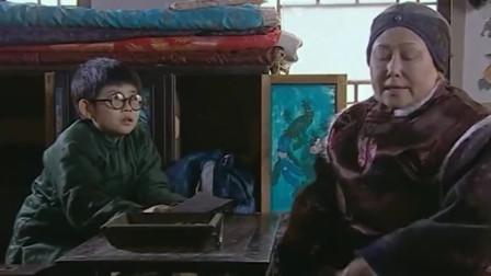 孙子在奶奶房里翻东西,被老爸一顿训,不料奶奶却护着他