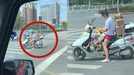 女子骑着摩托车拉货,2个孩子坐在车上昏昏欲睡,画面令网友动容