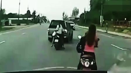 骑摩托车的妹子也是倒霉,早走几秒钟也许就没事了