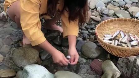 农村小姐姐在河边做了个陷阱, 第二天居然有这么大的收获, 太厉害了