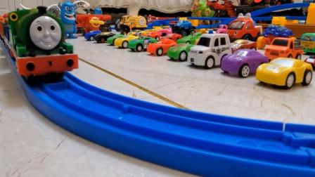 儿童益智玩具车 托马斯小火车与运输货物火车模拟行驶