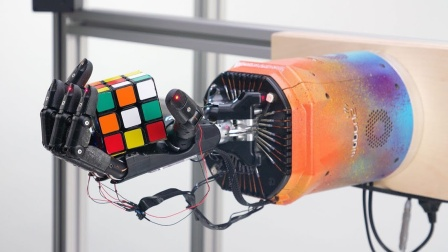 厉害了!机器人可以单手解魔方
