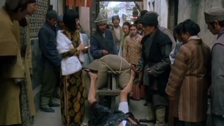 男子没车牌开车乱跑,撞倒了人,赵薇让他报姓名地址跟保险箱密码