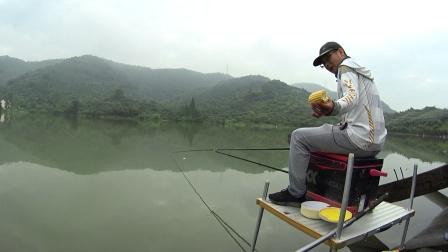 这种钓法真神奇,捡到半个玉米立大功,统杀5个鱼种