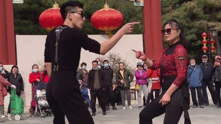 60岁妈妈回到北京老家高兴的和儿子跳起打点舞,超帅!