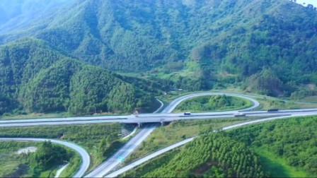 广西新柳南高速,上林段高速周围风景秀丽,全部是青山绿树