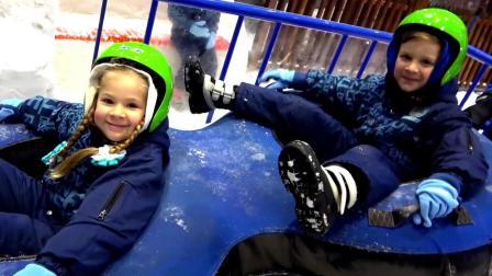 小萝莉一家人去冰雪天地玩,玩的都不想回家