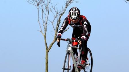 沙雕行为大赏,骑自行车耍酷结果翻车