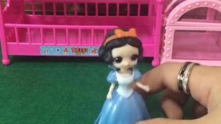 童年趣事:王子嫌弃白雪灰头土脸的不带她