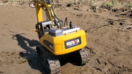 趣味益智儿童玩具 熊二开挖掘机在沙滩模拟工作