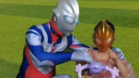 奥特曼陪孩子一起玩