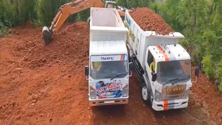 趣味益智玩具车 挖掘机与自卸卡车运送沙土