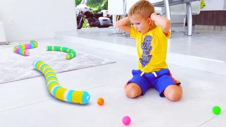 游戏里的贪吃蛇跑进了萌娃的家里,真有趣!