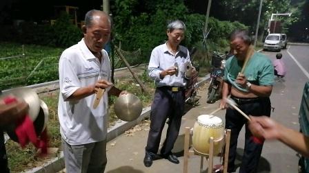 锣鼓练习2一些老年人自发练习锣鼓。