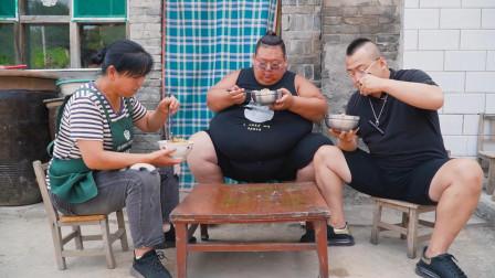 400斤小胖做豆角拨烂子,1把豆角1勺面粉做一盆,招待朋友量倍足