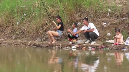 野钓,发现一美女在钓鱼,看她能钓住鱼吗