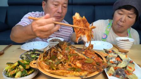 品尝鲜美的红烧鲭鱼,加入泡菜后鱼肉酸辣爽口,口感非常细腻!