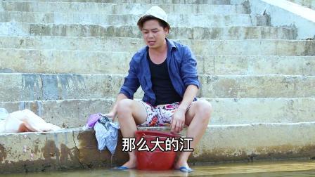 小伙下江边洗衣服,随手丢垃圾
