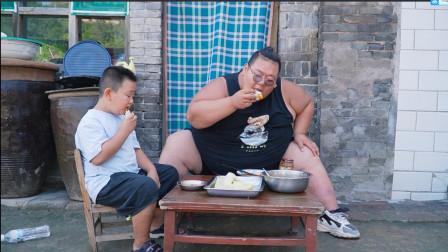 400斤小胖做山西地道美食摊摊,7岁儿子吃得不亦乐乎,真是爽极了