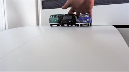 彩色轿车和卡车玩具在斜坡行驶
