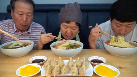 全家一起品尝冰镇嫩萝卜凉面,配上酸辣泡菜,吃起来冰凉爽口!