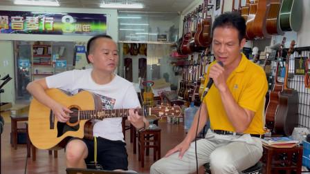 爸爸带儿子买吉他,唱一首《月亮代表我的心》把希望寄托给孩子