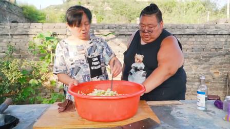 55岁老妈给俩孙子做山西泡菜,400斤小胖一旁学习,满满爱意