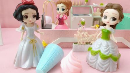 白雪和贝儿抢吃免费冰淇淋