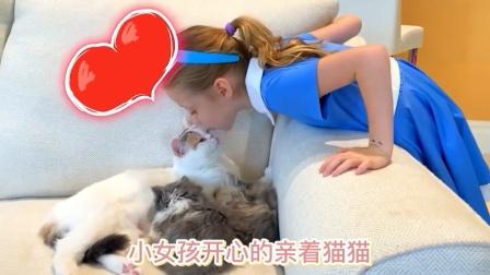 小可爱给猫猫洗澡,好开心呀