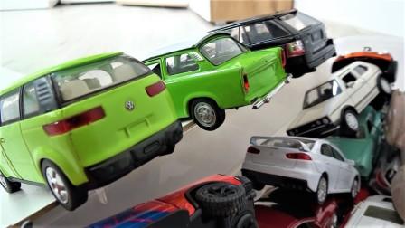 彩色金属汽车玩具在斜坡上行驶