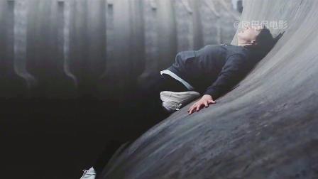 女孩被困在光滑的曲面,为了生存拼命自救