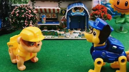搞笑玩具:奥特曼怎么这晚还在找怪兽,真是尽职尽责
