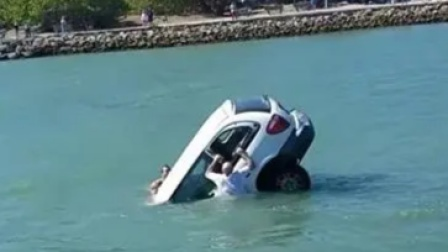 女子开车带娃不慎坠入3米深水坑,小伙放下农活自发潜水砸窗救人