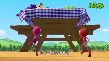 小蚂蚁觅食发现一桌子好吃的