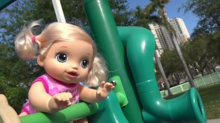 小女孩玩的太入迷,差点把宝宝弄丢了