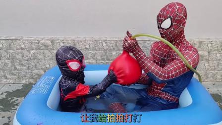 蜘蛛侠爸爸带着儿子,在游泳池里玩超级大气球