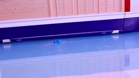小艾沙的手机掉进水池里,蜘蛛侠扮演鲨鱼,把小艾沙的手机拿上来