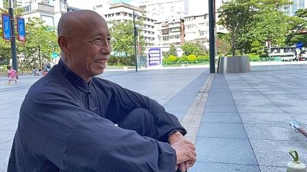70岁老人演练梅花螳螂拳,这功底扎实出拳好看