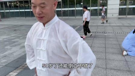 拳友的这身装扮会让人误以为是从寺庙出来的,功夫确实不错